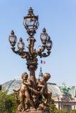 Posta della lampada sul ponte di Pont Alexandre III fotografia stock libera da diritti