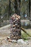 Posta della roccia tenuta insieme con cavo Fotografia Stock Libera da Diritti