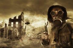 Posta den apokalyptiska överlevanden i gasmask