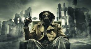 Posta den apokalyptiska överlevanden i gasmask Royaltyfri Fotografi