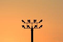 Posta di elettricità con molti cavo, fondo vago di colore Fotografia Stock Libera da Diritti