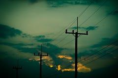 Posta di elettricità della siluetta con il bello fondo di tramonto Fotografie Stock Libere da Diritti