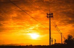 Posta di elettricità della siluetta con il bello tramonto Fotografia Stock Libera da Diritti