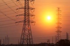 Posta di elettricità della siluetta sul tramonto Fotografia Stock Libera da Diritti