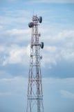 Posta di elettricità della torre di antenna alta in cielo Fotografia Stock Libera da Diritti