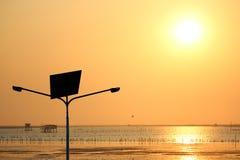 Posta di elettricità e pile solari Immagini Stock Libere da Diritti