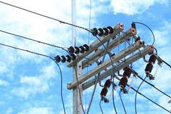 Posta di elettricità nel fondo del cielo blu Fotografia Stock