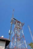Posta di elettricità in soleggiato e cielo blu Immagini Stock