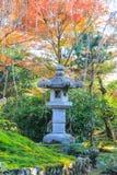 Posta di pietra coperta da colore della natura Fotografia Stock Libera da Diritti