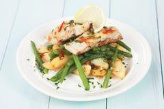 Posta do bacalhau com batata e os feijões verdes fotografia de stock royalty free