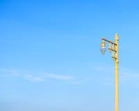 Posta dorata della lampada di via pubblica Immagine Stock