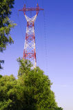 Posta e torre ad alta tensione Fotografie Stock Libere da Diritti