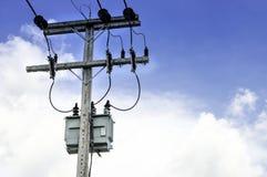 Posta e trasformatore elettrici Immagine Stock