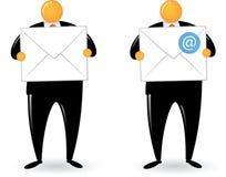 Posta ed email capi arancioni della holding dell'uomo Fotografia Stock Libera da Diritti