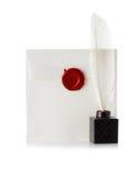 Posta kuvertet eller brevet som förseglas med den vaxskyddsremsastämpeln och fjäderpennan Arkivbild