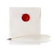 Posta kuvertet eller brevet som förseglas med den vaxskyddsremsastämpeln och fjäderpennan Royaltyfri Fotografi