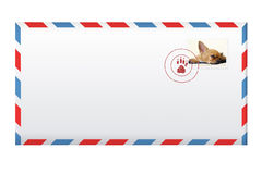 Posta kuvertet med portostämpeln som isoleras på vit. Royaltyfria Bilder