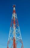 Posta mobile alta chiusa di telecomunicazione con cielo blu Immagine Stock