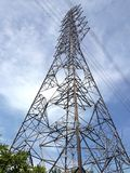 Posta o pilone ad alta tensione di elettricità Immagini Stock Libere da Diritti