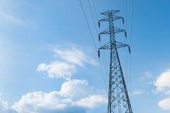 Posta o torre ad alta tensione di alta tensione Fotografie Stock