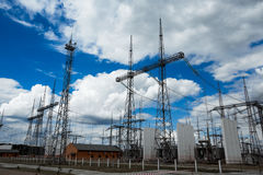 Posta o torre ad alta tensione di alta tensione Fotografie Stock Libere da Diritti