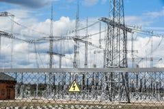 Posta o torre ad alta tensione di alta tensione Immagine Stock