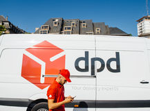 Posta parcel van delivery di DPD con il lavoratore Fotografie Stock Libere da Diritti