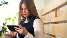 Posta ricevuta dei giovani e bei controlli della donna sul telefono cellulare nel negozio del coffe stock footage