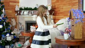 Posta Santa Claus, gör kastar den lilla söta flickan en önska, en bokstav för jultomten i brevlådan, är barnet lyckligt och arkivfilmer