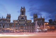 Posta slotten på skymning av den Madrid staden, Spanien Arkivbilder
