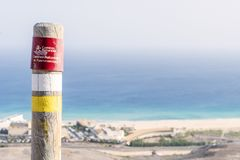 Posta sulle montagne di Fuerteventura che informano le viandanti circa la traccia fotografia stock libera da diritti