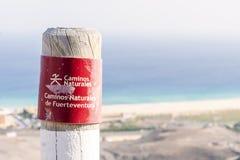 Posta sulle montagne di Fuerteventura che informano le viandanti circa la traccia immagini stock libere da diritti