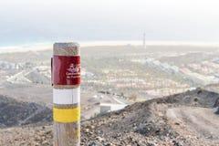 Posta sulle montagne di Fuerteventura che informano le viandanti circa la traccia fotografie stock libere da diritti