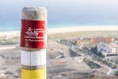 Posta sulle montagne di Fuerteventura che informano le viandanti circa la traccia immagine stock libera da diritti