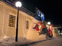 Postaci bałwan i Święty Mikołaj zbliżenie. Zdjęcia Royalty Free