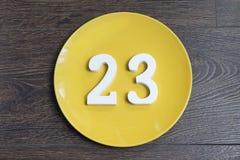 Postaci dwadzieścia trzy koloru żółtego talerz Obrazy Royalty Free