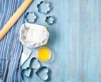 Postacie dla piec rżniętą metal foremkę, toczna szpilka, mąka na błękitnym drewnianym stole, kropiącym z mąką Odbitkowa przestrze Zdjęcia Stock