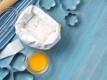 Postacie dla piec rżniętą metal foremkę, toczna szpilka, mąka na błękitnym drewnianym stole, kropiącym z mąką Odbitkowa przestrze Zdjęcie Royalty Free