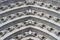 Postacie na łuku portal w Barcelona katedrze Obrazy Stock