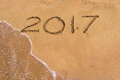 Postacie na piasku 2017 i fala wodzie Obraz Royalty Free