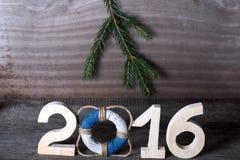 Postacie 2016 na starym popielatym drewnianym tle w morze stylu z zalecają się Zdjęcia Stock