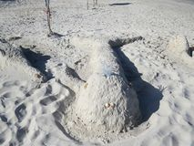 Postacie piasek i skorupy na plaży przeciw morzu obraz stock