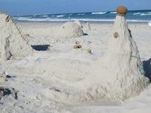 Postacie piasek i skorupy na plaży przeciw morzu zdjęcie stock
