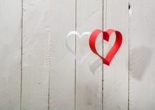 Postal al día de tarjeta del día de San Valentín Corazón blanco y rojo hecho de las tiras de papel Fotografía de archivo