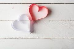 Postal al día de tarjeta del día de San Valentín Corazón blanco y rojo hecho de las tiras de papel Imágenes de archivo libres de regalías