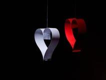 Postal al día de tarjeta del día de San Valentín Corazón blanco y rojo hecho de las tiras de papel Fondo oscuro Foto de archivo