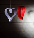Postal al día de tarjeta del día de San Valentín Corazón blanco y rojo hecho de las tiras de papel Fondo oscuro Fotos de archivo