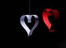 Postal al día de tarjeta del día de San Valentín Corazón blanco y rojo hecho de las tiras de papel Fondo oscuro Fotos de archivo libres de regalías