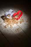 Postal al día de tarjeta del día de San Valentín Corazón blanco y rojo hecho de las tiras de papel Virutas de madera rizadas deco Foto de archivo