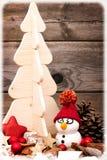 Postal con el muñeco de nieve y el árbol de navidad Fotografía de archivo libre de regalías